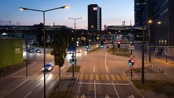 Rechtsabbiegen bei Rot ist den Velofahrenden in der ganzen Schweiz ab Januar erlaubt. Für Autofahrer bleibt das verboten. Der Zürcher Gemeinderat will das auch nicht in einem Pilotversuch ausprobieren. (Symbolbild)