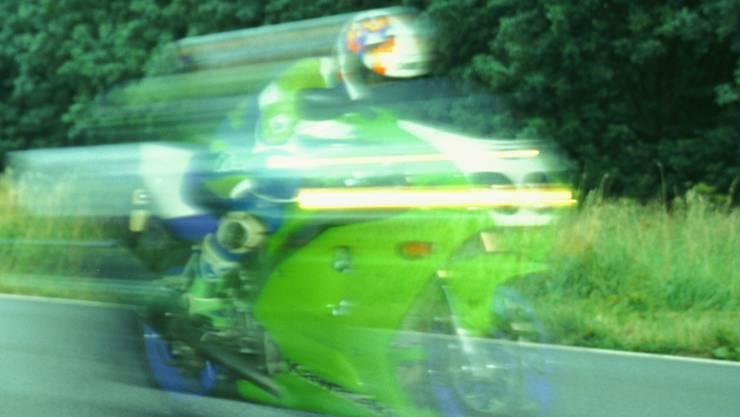 Ein 29-jähriger Schweizer fuhr mit 151 km/h statt den erlaubten 80 km/h  auf der Schaffhauserstrasse. (Symbolbild)