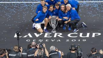 Team Europa posiert 2019 in Genf mit der Laver-Cup-Trophäe.