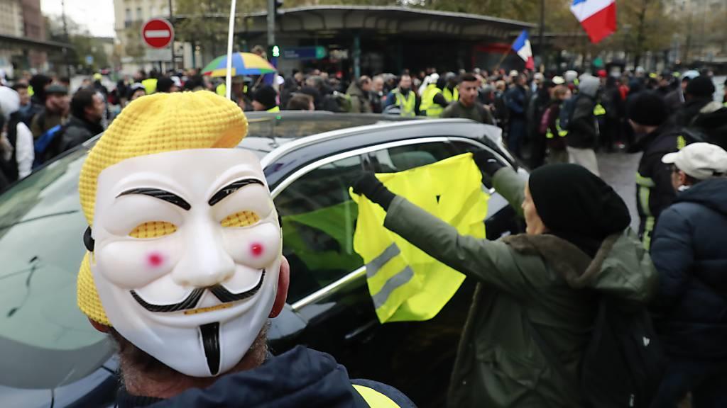 Wie hier an der Porte de Champeret in Paris haben sich in französischen Städten «Gelbwesten» versammelt, um den Jahrestag der «Gelbwesten»-Proteste zu begehen.
