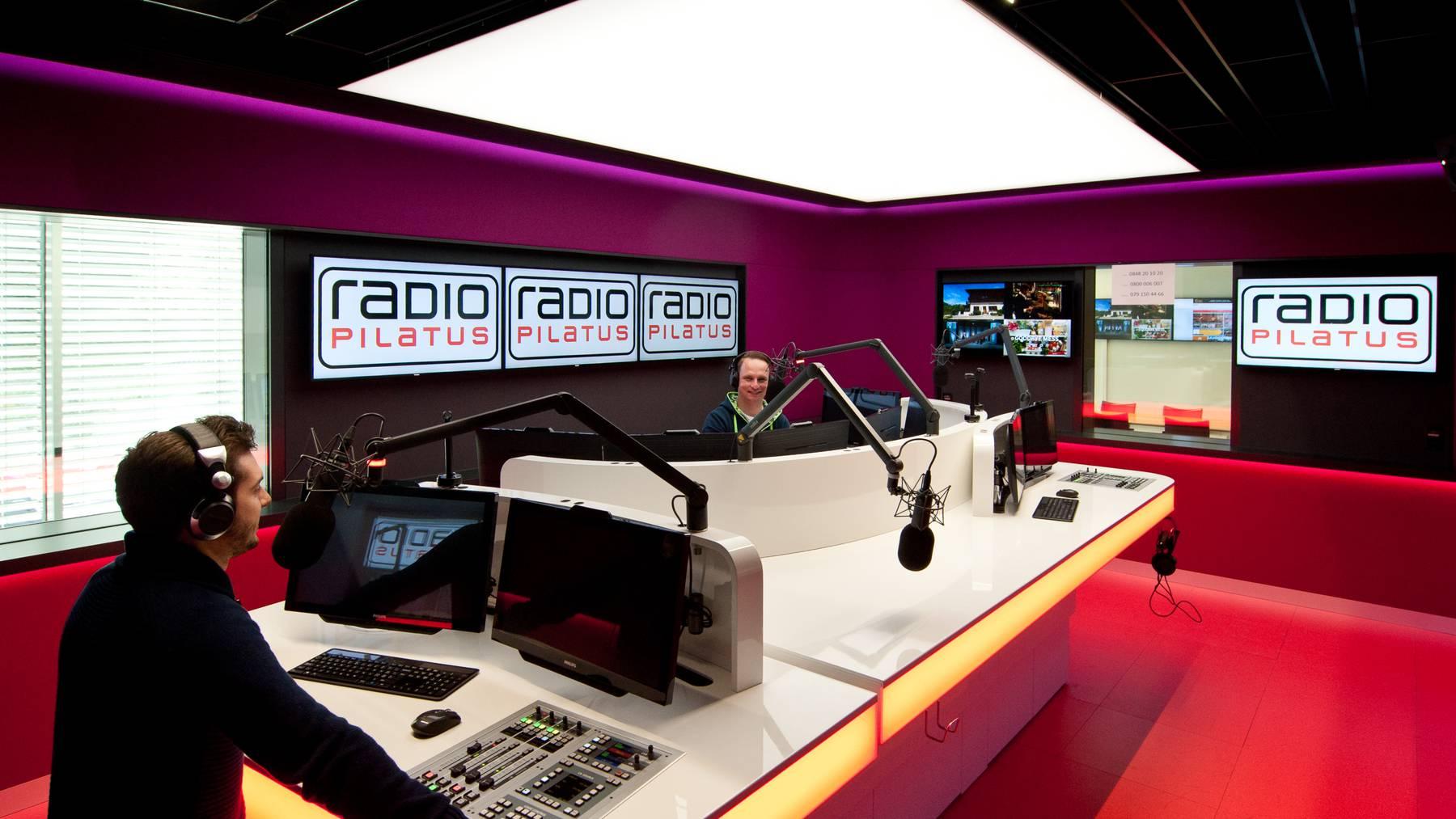Yanik Probst (links) und Maik Wisler senden aus dem neuen Radio Pilatus-Studio im Luzerner Maihofquartier.