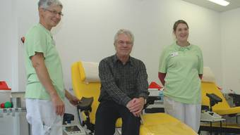 Ernst Rauber hat schon 100-mal Blut gespendet. Ursula Hochstrasser (links) und Jasmin Ehrismann vom Blutspendezentrum SRK freuen sich mit ihm. mhu