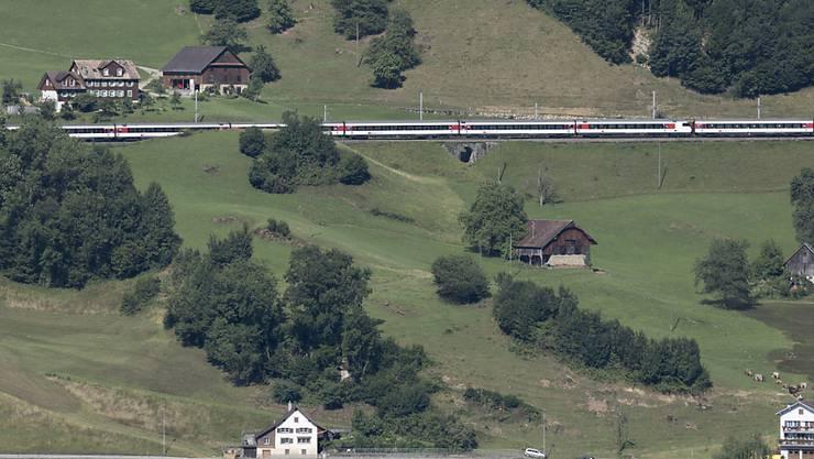 Ein Gotthardzug am östlichen Zugerseeufer. Die 15 Kilometer lange Strecke zwischen Zug und Arth-Goldau ist ab Sonntag bis Dezember 2020 wegen Ausbau- und Sanierungsarbeiten gesperrt. (Archivaufnahme)