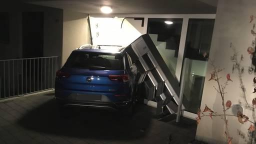 Auto prallt ungebremst in Hauseingang