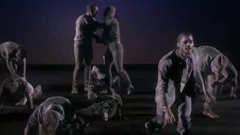 Bei der Tanzeinlage «The Grey People» – «Die grauen Menschen» – lag sich das ESC-Publikum weinend in den Armen.