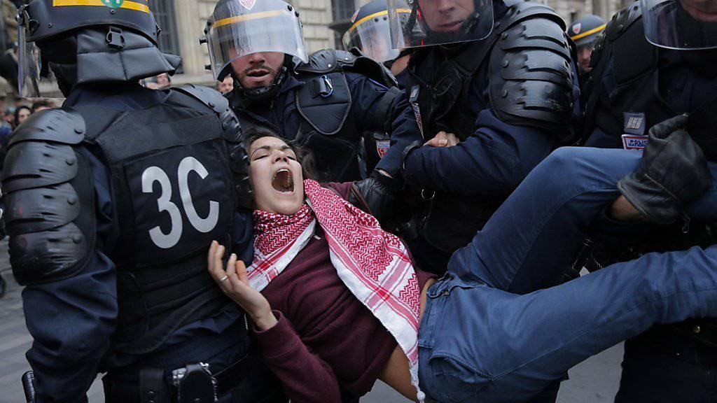 Die Polizei geht in Paris gegen Demonstranten vor.