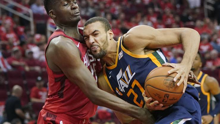 Clint Capela (links) im Duell mit Utahs Center Rudy Gobert