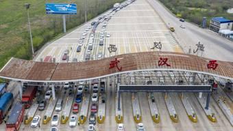 In der chinesischen Metropole Wuhan geht das normale Leben langsam wieder los und der Verkehr rollt wieder an. (Archivbild)