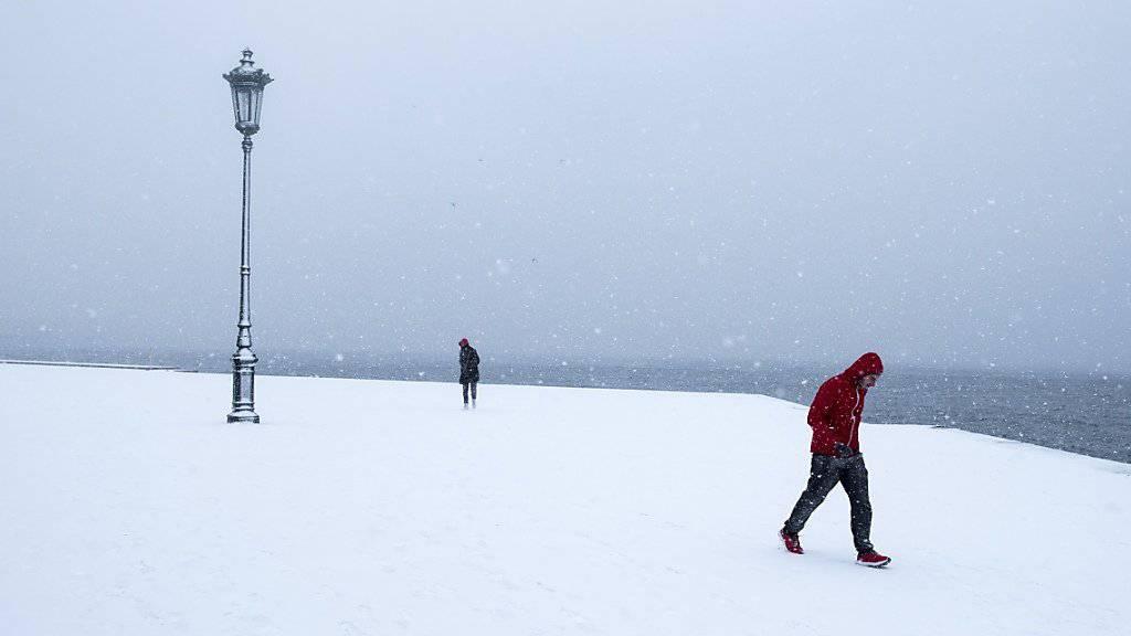 Die eingeschneite Uferpromenade in Thessaloniki. Wegen der Kälte sind dort viele Wasserleitungen geplatzt.