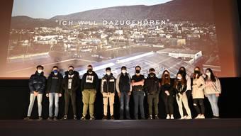 13 Schülerinnen und Schüler der Klasse von Markus Odermatt posieren vor der grossen Leinwand im Kino Rex