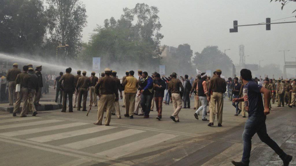 Bei Ausschreitungen bei einer Demonstration für Kastenquoten in Indien starben mindestens vier Menschen. Eine Ausgangssperre und die Entsendung von Soldaten zur Unterstützung der Polizei konnten die Eskalation nicht verhindern. (Archiv)
