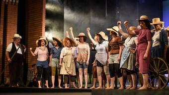Eingangsszene von «L'elisir d'amore»: die Saisonarbeiterinnen und -arbeiter des Reishofes singen von der Revolution.