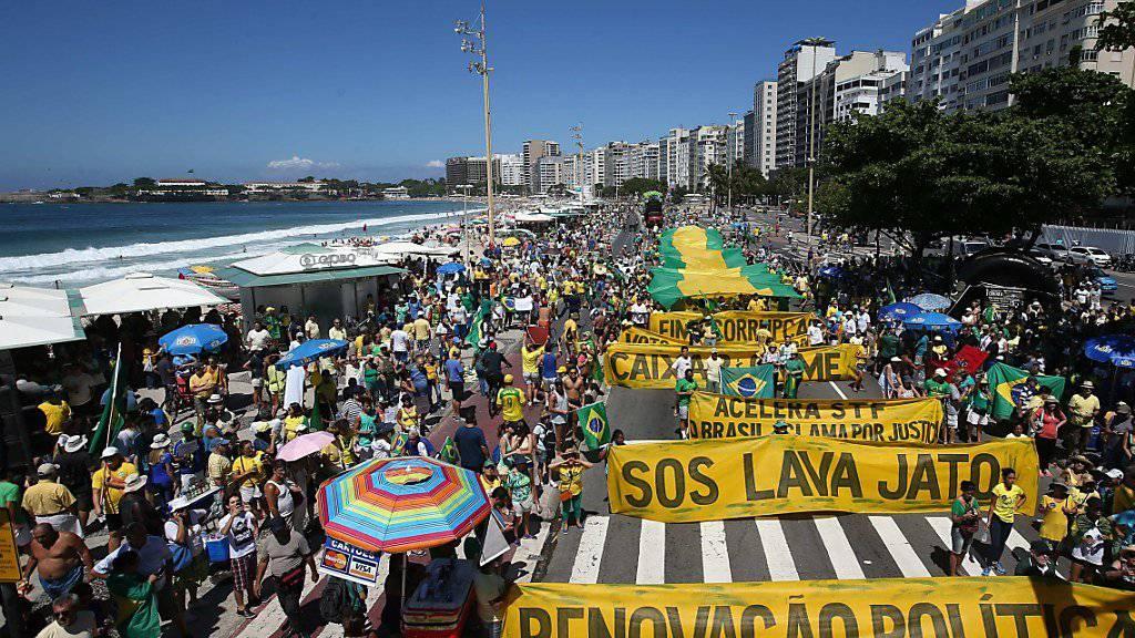 Protest an der Copacabana: In Rio de Janeiro und weiteren Städten Brasiliens demonstrierten tausende gegen Korruption im Land.