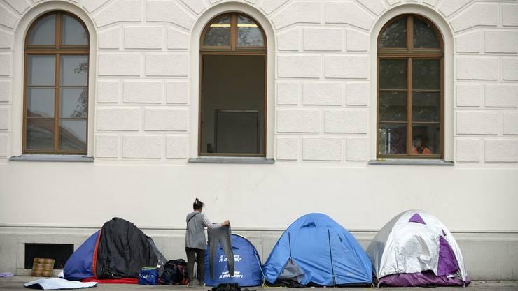 Zahlreiche Flüchtlinge in der österreichischen Unterkunft Traiskirchen müssen draussen schlafen.