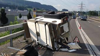 Der Hundeanhänger hat sich nach einem Auffahrunfall überschlagen: Vier Hunde rannten über die Autobahn, drei von ihnen wurden verletzt.