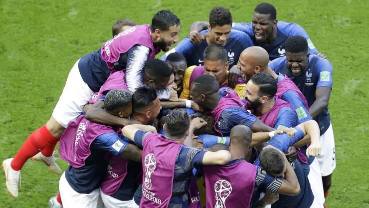 Die französischen Spieler feiern ihren Achtelfinal-Sieg gegen Argentinien.