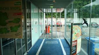 Logis gratis: Hier beim Eingang zur Shopping-Raststätte wird für die beiden Survivors ein Zimmer eingerichtet.