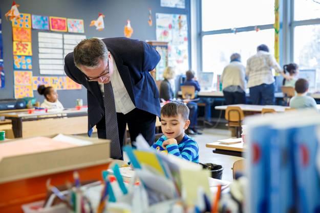 Bildungsdirektor Remo Ankli besucht den Halbklassenunterricht.