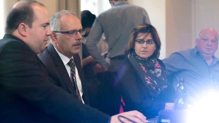 CVP-Wahlkampfleiter Stefan Berger (l.) zeigte dem sichtliche enttäuschten Urs Schläfli die Wahlresultate.