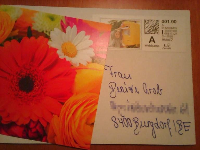 Aus der ganzen Schweiz haben hunderte Postkarten ihren Weg zu Denise gefunden. (Screenshot/Facebook)