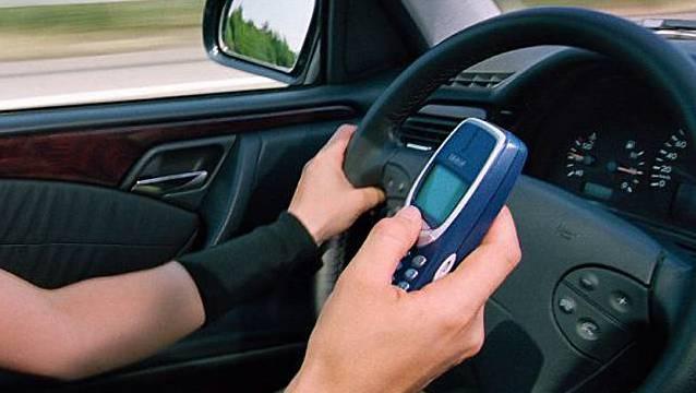 Wegen «Verwenden eines Telefons ohne Freisprecheinrichtung während der Fahrt» mussten 103 Fahrzeuglenker/innen eine Ordnungsbusse bezahlen.  (Symbolbild)
