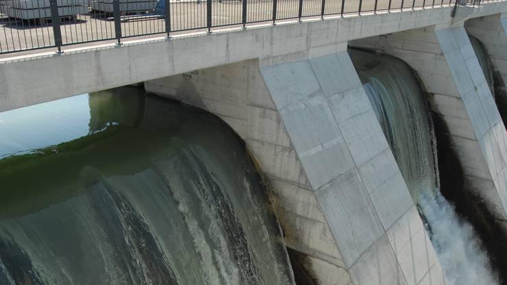 Wehr Kraftwerk EWZ Stausee Wettingen. Wasser Wasserkraftwerk Elektrizität Strom Energie