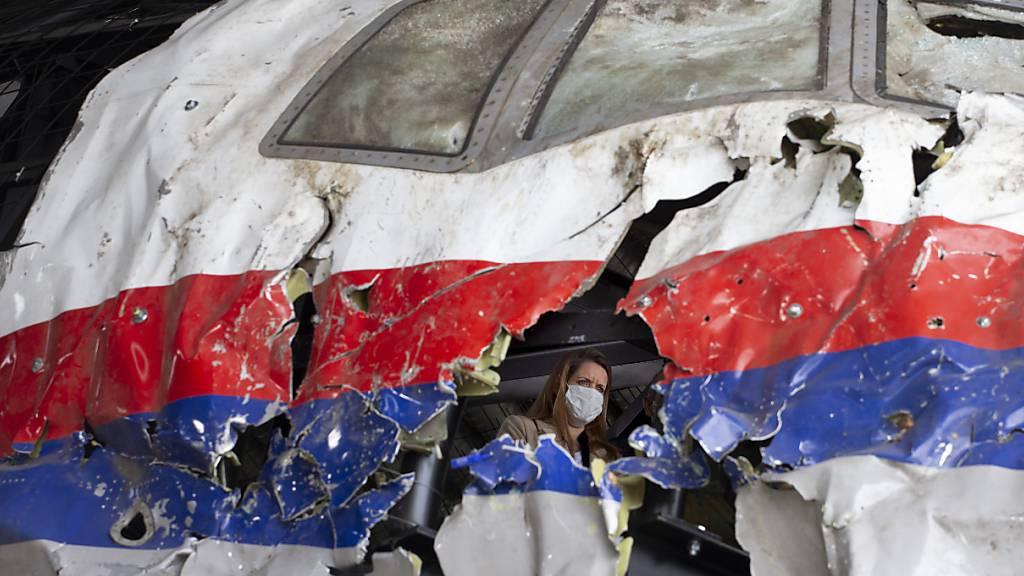 dpatopbilder - Richter und Anwälte im Prozess um den Absturz von Flug MH17 inspizieren das rekonstruierte Wrack der Passagiermaschine des MH17-Fluges auf dem Militärflugplatz Gilze-Rijen. Foto: Peter Dejong/AP Pool/dpa