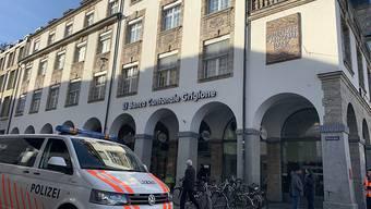 Auf den Hauptsitz der Graubündner Kantonalbank wurde am Donnerstagmorgen ein Raubüberfall verübt. Der mutmassliche Täter wurde verhaftet.