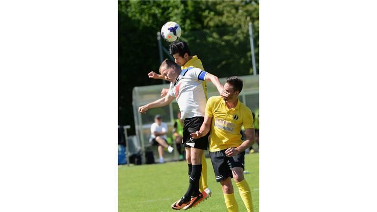 Laufens Matthias Bohler (M.) im Kampf um den Ball gegen Dornachs Kaan Sevinc (hinten) und Zoran Jankovic.