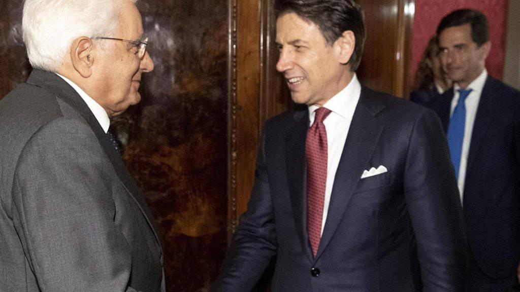 Noch-Regierungschef Conte (Mitte) beim Empfang durch Staatspräsident Mattarella (links) in dessen Amtssitz auf dem Quirinal in Rom. Dort reichte Conte formell seinen Rücktritt ein.