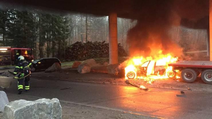 Ein Unfallauto geht in Flammen auf.