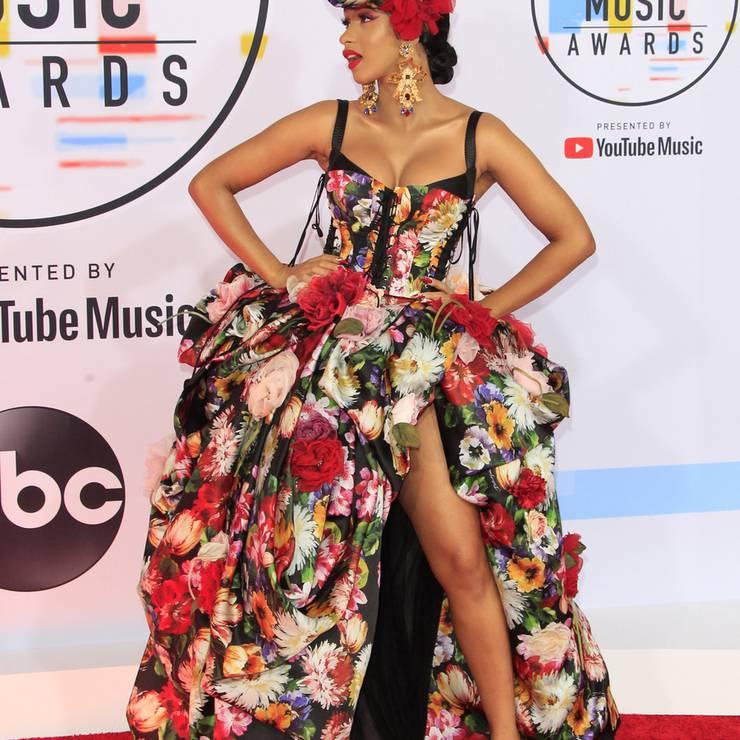 Cardi B kam in Dolce&Gabbana - auch auf dem Kopf. Sie hat gleich in drei Kategorien gewonnen.