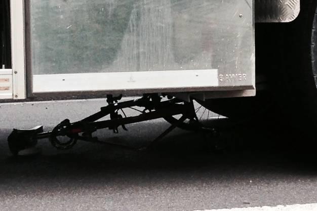 Das Velo des Verstorbenen liegt nach dem Unfall unter dem LKW.