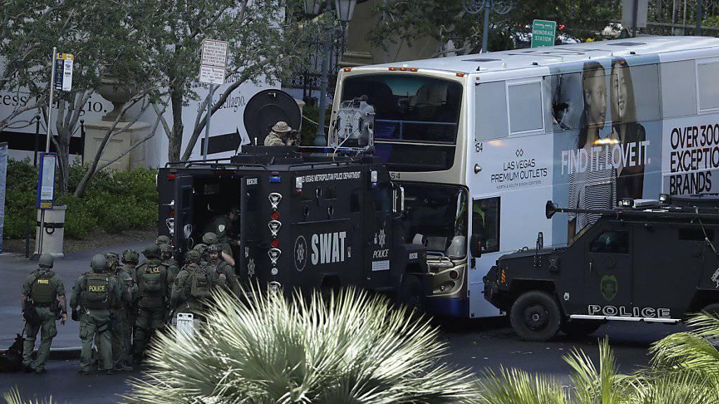 Einsatzkräfte umzingeln einen Bus in Las Vegas nach tödlichen Schüssen in der US-Spielerstadt.