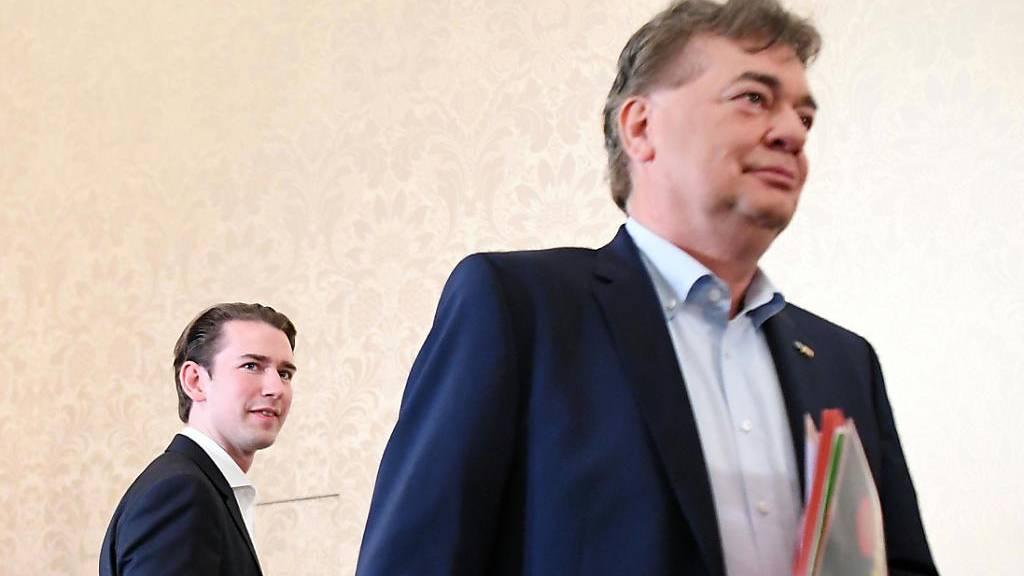 Braucht den Grünen-Chef Kogler (rechts), um regieren zu können (Möchte-gern-wieder-Kanzler Kurz - in einer Aufnahme vom 9. Oktober vor Beginn eines Sondierungsgesprächs zwischen ÖVP und Grünen).