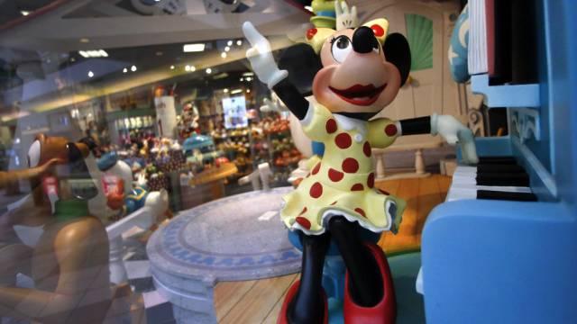 Minnie Maus spielt in einem Disneyladen in den USA Klavier