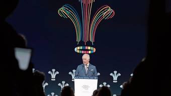 Das WEF-Logo ist weg, dafür prangt ein royales Symbol hinter Charles. Ein Schelm, wer hier einen Heiligenschein sieht.