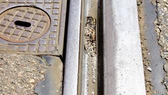 Beispiel Allschwil: Die Tramräder fahren mit dem Spurkranz der Räder auf dem Rillenboden der Schienen. Eigentlich müsste die Last auf dem Fahrkopf (rechts) liegen.