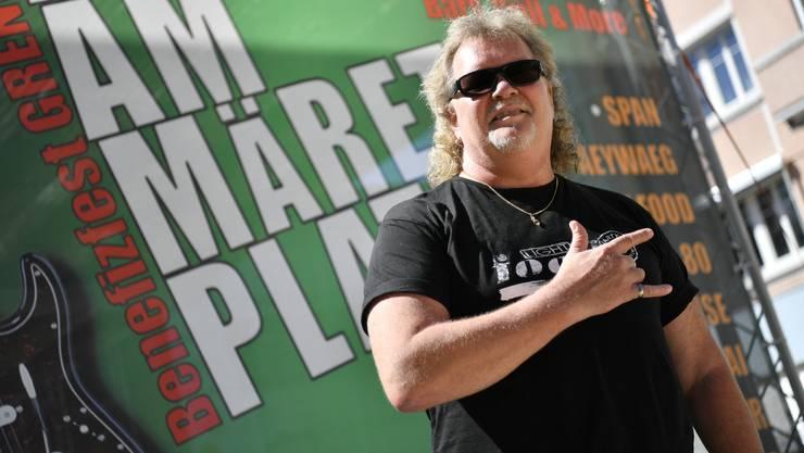 Kurt Moos Gilomen vor dem Werbeplakat am Ort des Geschehens, auf dem Märetplatz.