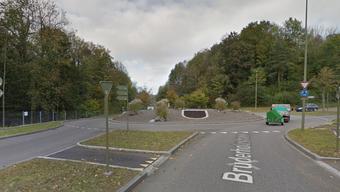 Im Kreisel Bruderholzstrasse/Fiechthagstrasse kam es am Samstagnachmittag zu einer Streifkollision zwischen einem Auto und einem Motorrad.