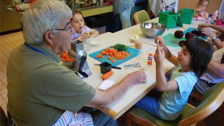 Im Alters- und Gesundheitszentrum Ruggacker in Dietikon treffen sich einmal pro Monat Kinder der Spielgruppe Plus mit Rentnern. KSC