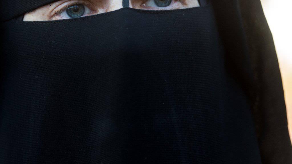 Im Kanton St. Gallen wird künftig bestraft, wer im öffentlichen Raum sein Gesicht verhüllt. (Archivbild)