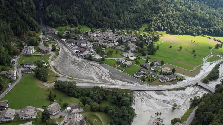 Eine Schneise der Verwüstung zieht sich durchs Tal: Doch wie man sieht, ist das Dorf Bondo noch glimpflich davongekommen.Giancarlo Cattaneo/Keystone