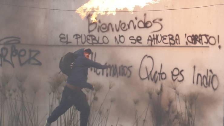 Trotz Ausgangssperre kam es in Ecuadors Hauptstadt Quito am Sonntag zu Zusammenstössen zwischen Anti-Regierungsdemonstranten und den Sicherheitskräften.