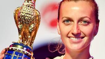 Petra Kvitova zeigt stolz die Siegertrophäe von Doha