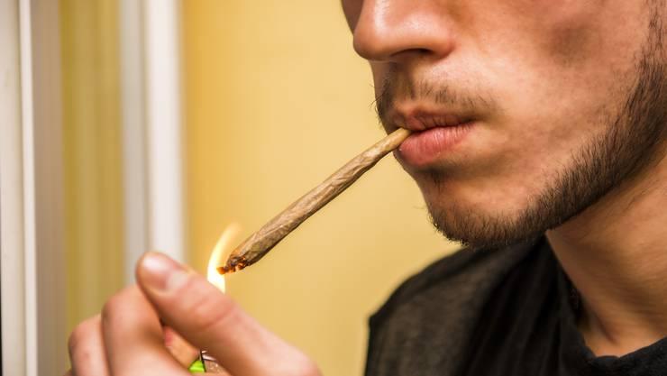 Die Mehrheit konsumiert Cannabis in Form eines Joints mit Tabak (Symbolbild).