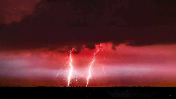 Mindestens sechs Touristen sind bei schweren Hagelstürmen und Tornados auf der bei Feriengästen beliebten Halbinsel Chalkidiki in Griechenland ums Leben gekommen. Die Unwetter folgten, wie auch hier auf einem Foto aus Polen, einer Hitzewelle. (Bild: Piotr Augustyniak/EPA Keystone)