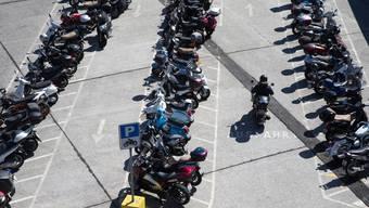 Ab nächstem Jahr könnten in den Schweizer Städten Parkplätze für Motorräder, Mofas und E-Bikes kostenpflichtig sein.