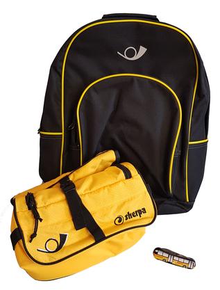 Fülle die online Umfrage aus und Gewinne einen Wander-Rucksack mit Necessaire und PostAuto-Sackmesser im Wert von 100 Franken.