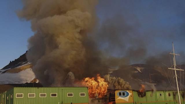 """Die brasilianische Militär- und Forschungsstation """"Comandante Ferraz"""" wurde durch ein Feuer komplett zerstört."""